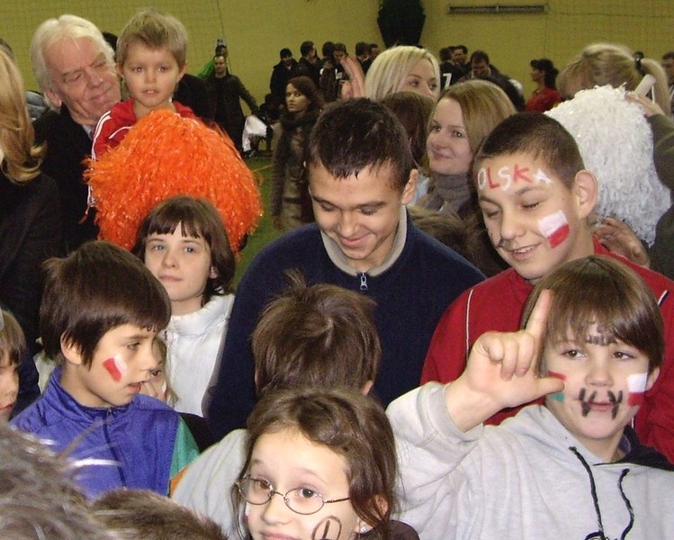 Leo Beenhakker, selekcjoner reprezentacji Polski na wręczaniu podarunków pod choinkę dla wychowanków z ulicy Dalibora 1
