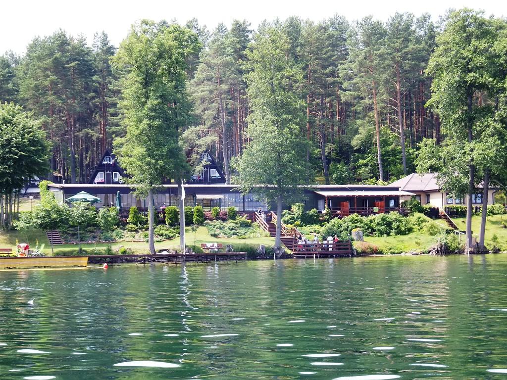 Spojrzenie na obiekt gastronomiczno-rekreacyjny z jeziora