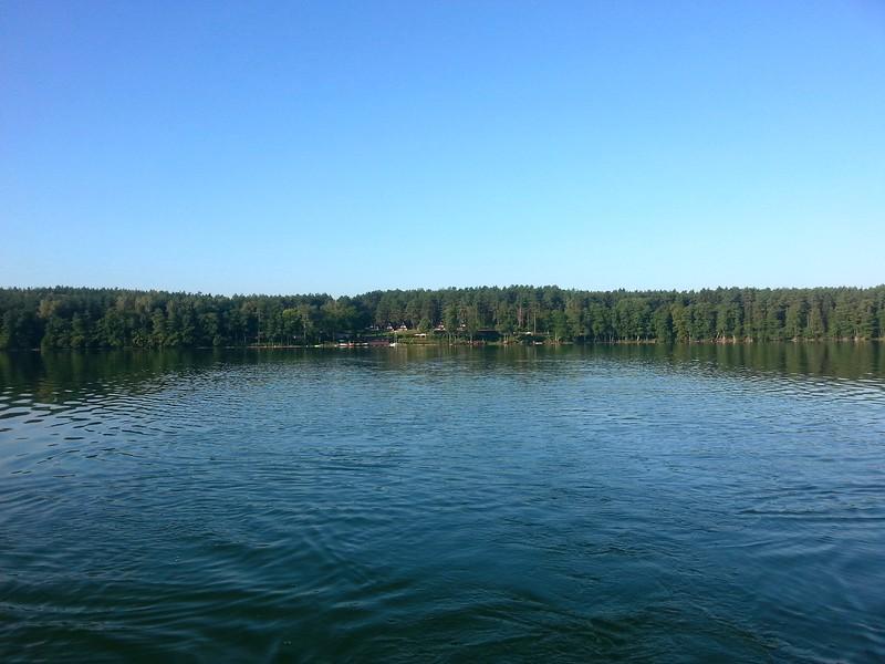 Widok na Ośrodek ze środka jeziora Pluszne