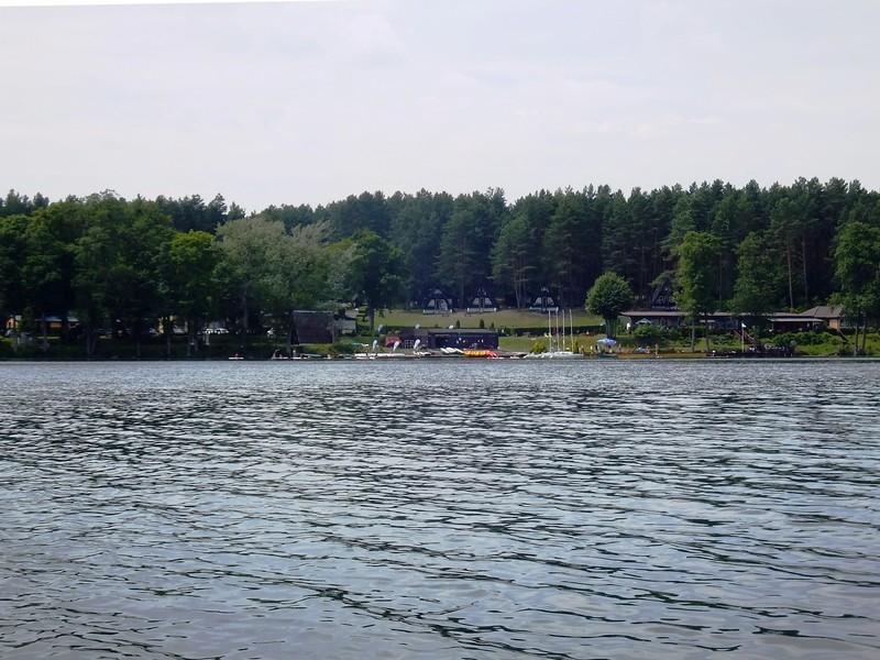 Widok z jeziora Pluszne na Ośrodek Mierki