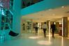 Hall de empresa com pessoas em movimento