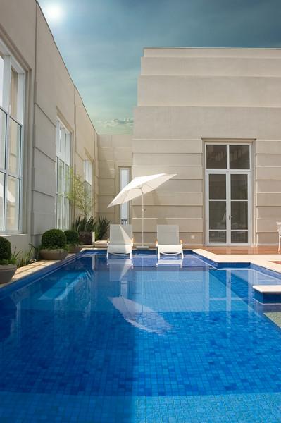Diogo piscina e guarda sol branco