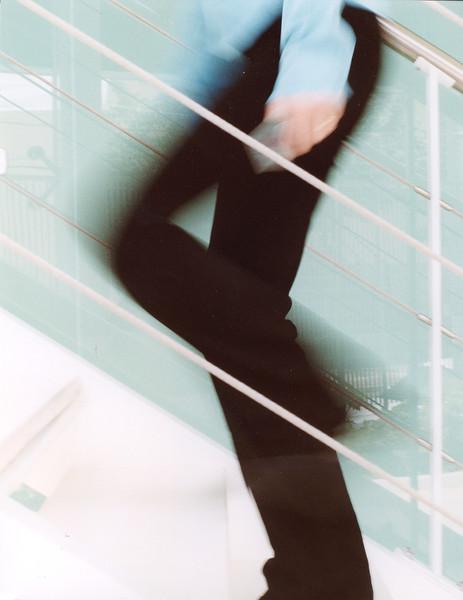 Pessoa subindo escada em movimento