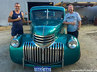 Max mit restauriertem Chevrolet Auto