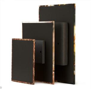 Un bloc de 3/4 de pouce est fixé au dos de la toile pour donner l'illusion que la toile flotte sur votre mur.