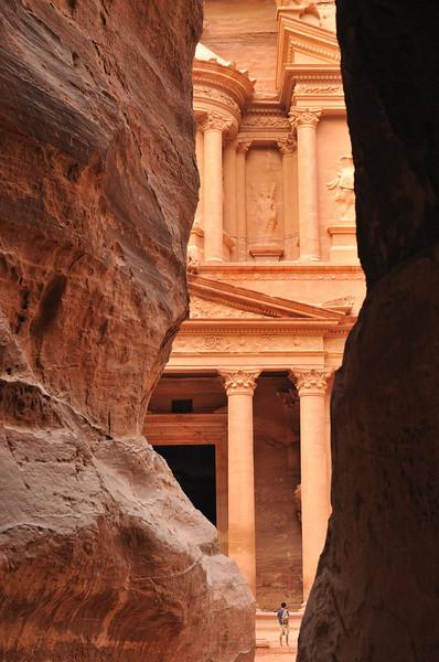 Blick aus dem Siq auf das Schatzhaus (Khazne Faraun) in Petra. Die berühmte Nabatäerstadt Petra, Jordaniens größte touristische Attraktion, liegt geheimnisvoll verborgern inmitten einer Felslandschaft