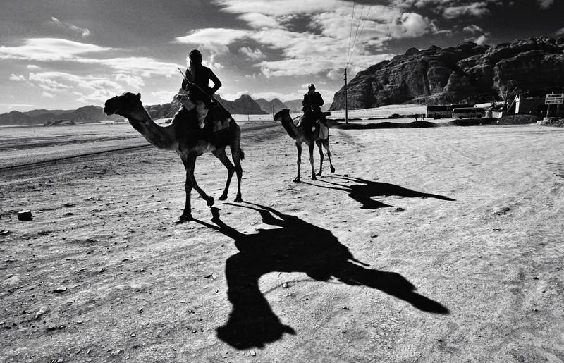 Beduinen in der Nähe vom Desert Camp. Das Wadi Rum ist eine beeindruckende Wüstenlandschaft im Süden von Jordanien, die einst die zweiten Heimat des britischen Archäologen, Geheimagenten und Schriftstellers T.E. Lawrence war (Lawrence von Arabien).
