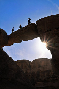Die Felsenbrücke Umm Fruth ist ein beliebtes Ausflugsziel im Wadi Rum. Das Wadi Rum ist eine beeindruckende Wüstenlandschaft im Süden von Jordanien, die einst die zweiten Heimat des britischen Archäologen, Geheimagenten und Schriftstellers T.E. Lawrence war (Lawrence von Arabien).