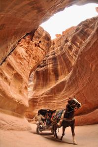 Touristenkutsche im Siq am Eingang zu Petra. Die berühmte Nabatäerstadt Petra, Jordaniens größte touristische Attraktion, liegt geheimnisvoll verborgern inmitten einer Felslandschaft