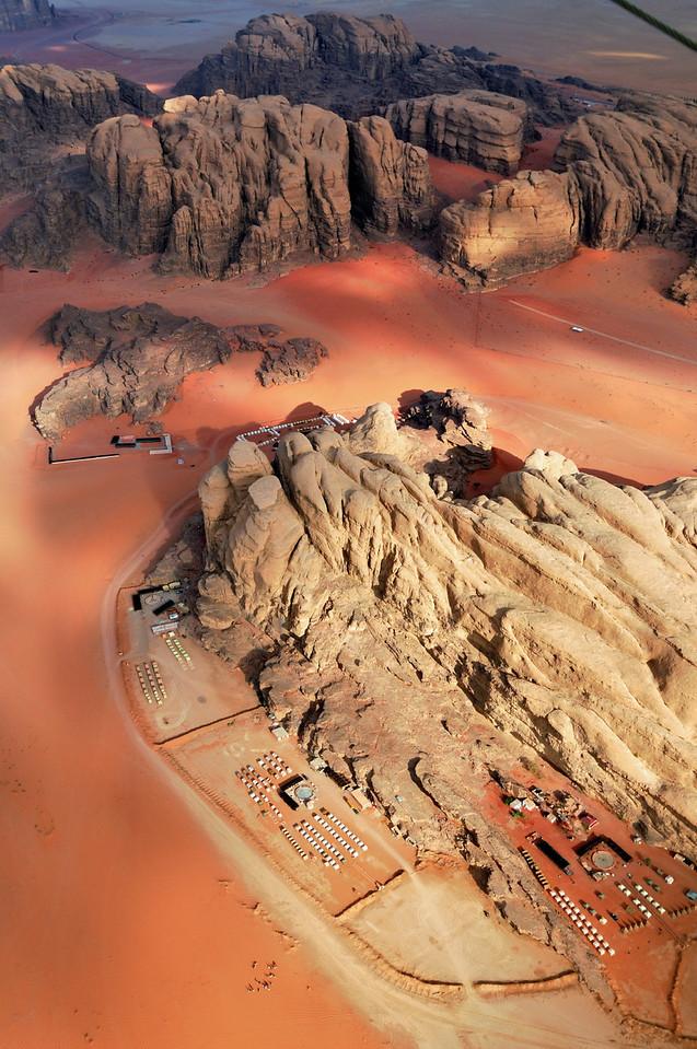 Im Microlight-Plane über Wadi Rum (An die Felsen schmiegen sich Touristen-Camps). Das Wadi Rum ist eine beeindruckende Wüstenlandschaft im Süden von Jordanien, die einst die zweiten Heimat des britischen Archäologen, Geheimagenten und Schriftstellers T.E. Lawrence war (Lawrence von Arabien).