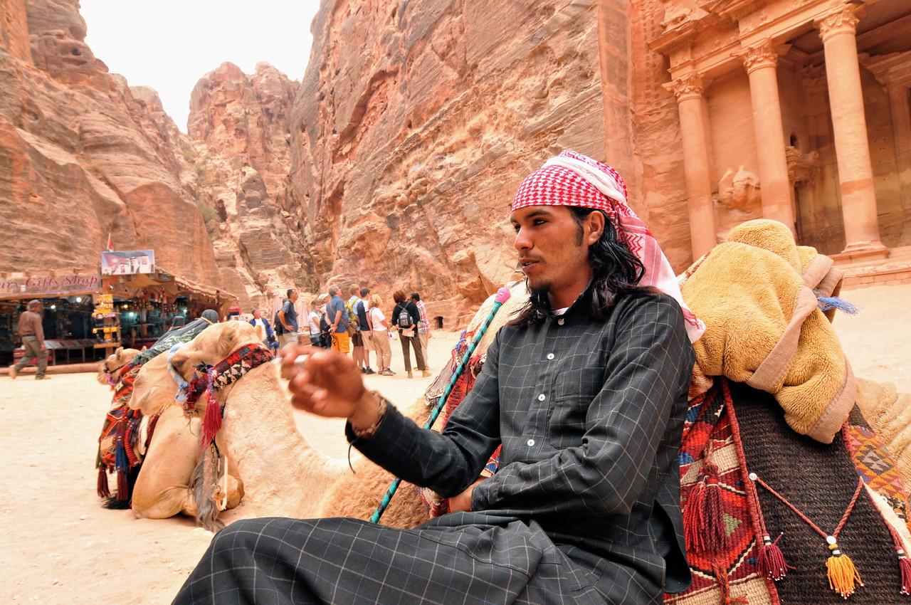 Ein Beduine bietet Dromedar-Ausritte vor dem Schatzhaus in Petra an. Die berühmte Nabatäerstadt Petra, Jordaniens größte touristische Attraktion, liegt geheimnisvoll verborgern inmitten einer Felslandschaft