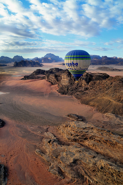 Ballon des Royal Aero Sports Club of Jordan aus dem Microlight-Plane fotografiert. Das Wadi Rum ist eine beeindruckende Wüstenlandschaft im Süden von Jordanien, die einst die zweiten Heimat des britischen Archäologen, Geheimagenten und Schriftstellers T.E. Lawrence war (Lawrence von Arabien).