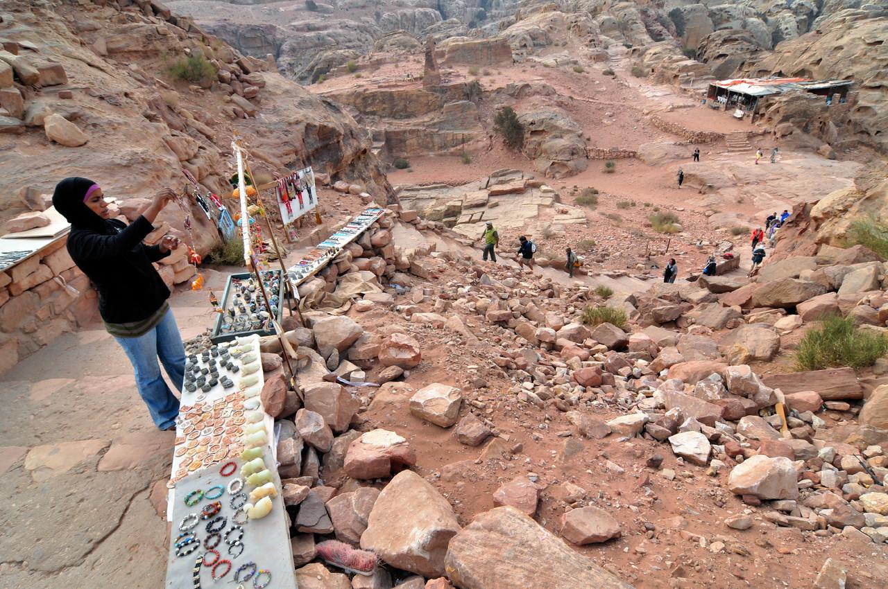 Souvenirverkäuferin in Petra. Die berühmte Nabatäerstadt Petra, Jordaniens größte touristische Attraktion, liegt geheimnisvoll verborgern inmitten einer Felslandschaft