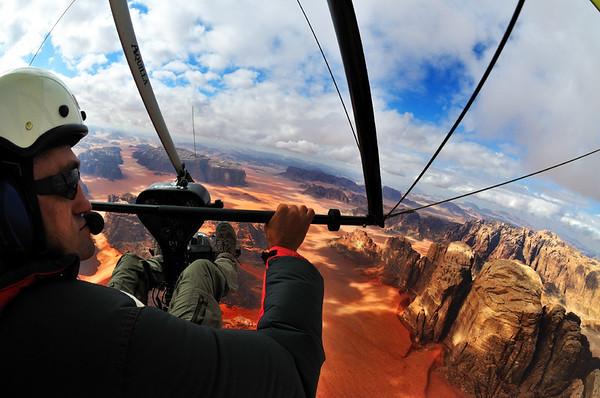 Pilot Zsolt Petrovszki im Microlight-Plane über dem Wadi Rum. Das Wadi Rum ist eine beeindruckende Wüstenlandschaft im Süden von Jordanien, die einst die zweiten Heimat des britischen Archäologen, Geheimagenten und Schriftstellers T.E. Lawrence war (Lawrence von Arabien).