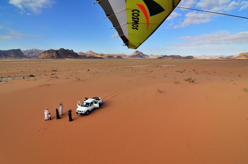 Beduinen grüßen den Microlight-Piloten des Royal Aero Sports Club of Jordan über Wadi Rum. Das Wadi Rum ist eine beeindruckende Wüstenlandschaft im Süden von Jordanien, die einst die zweiten Heimat des britischen Archäologen, Geheimagenten und Schriftstellers T.E. Lawrence war (Lawrence von Arabien).