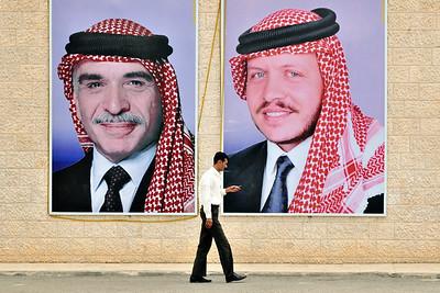 PR auf jordanisch (am Eingang zu Petra): Porträt des 1999 verstorbenenen Königs Hussein (l.) und seines Sohnes und Nachfolgers Abdullah II (r.)