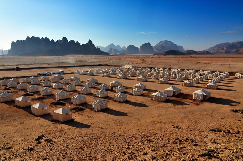 Jabal Rum Camp. Das Wadi Rum ist eine beeindruckende Wüstenlandschaft im Süden von Jordanien, die einst die zweiten Heimat des britischen Archäologen, Geheimagenten und Schriftstellers T.E. Lawrence war (Lawrence von Arabien).