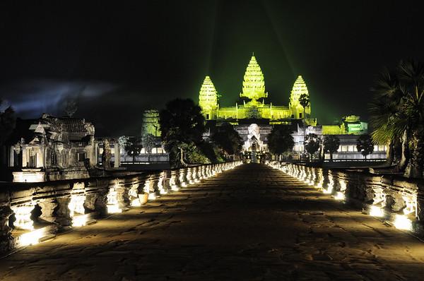 Seit 2008 wird die Tempelanlage Angkor Wat nachts eindrucksvoll beleuchtet und kann nach Sonnenuntergang noch mehrere Stunden besichtigt werden