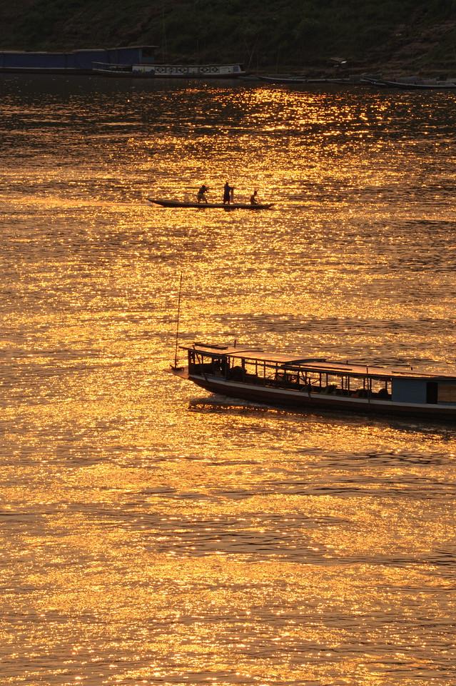 Boote im Mekong im goldenen Licht des Sonnenuntergangs