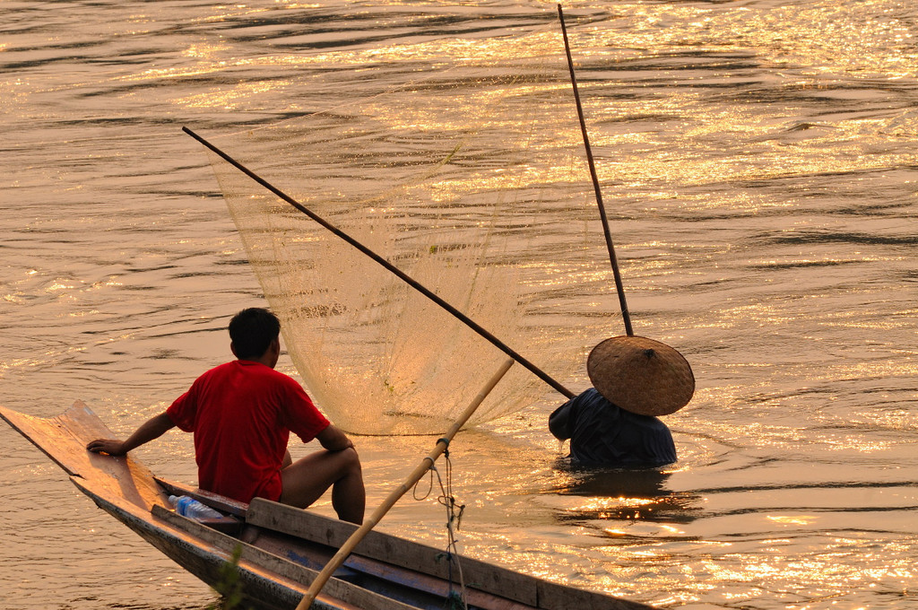 Fischer im Mekong im goldenen Licht des Sonnenuntergangs