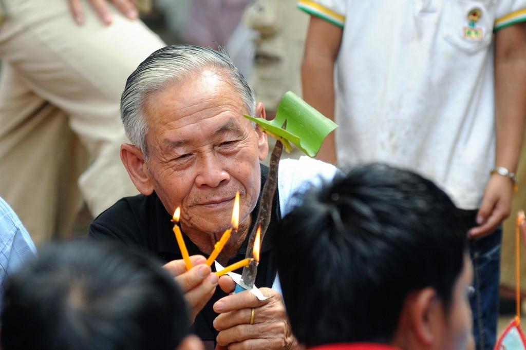 Feierlichkeiten zur Einweihung einer Stupa am Tempel im kleinen Ort Ban Naxao in der Nähe von Luang Prabang