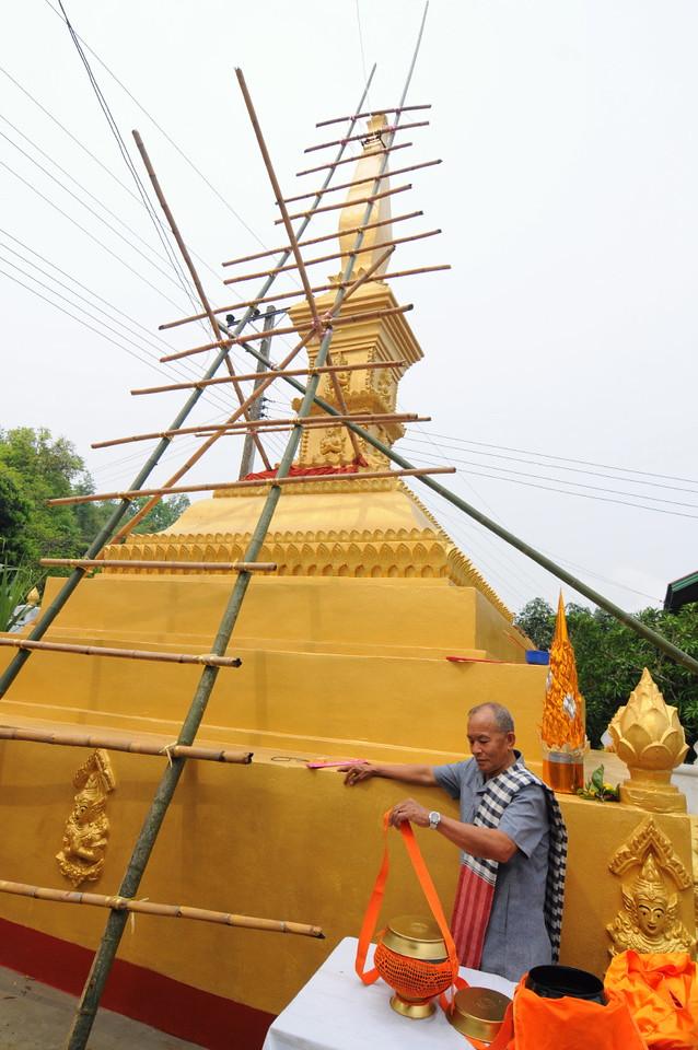 Spenden für den Stupa-Bau: Feierlichkeiten zur Einweihung einer Stupa am Tempel im kleinen Ort Ban Naxao in der Nähe von Luang Prabang
