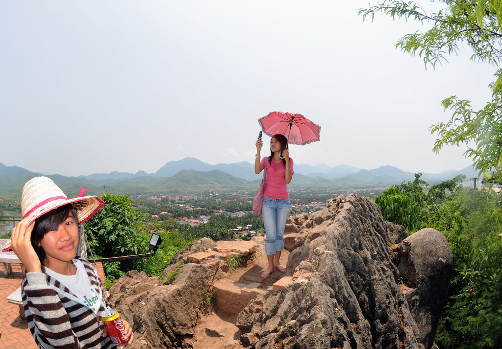 Auf dem Gipfel vom heiligen Tempelberg Phou Si am Bergtempel Wat Chom Si