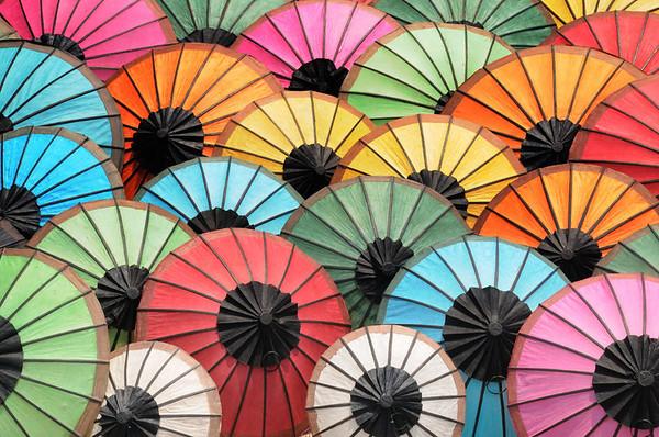 Sonnenschirmparade auf dem Markt vor dem Nationalmuseum im ehemaligen Königspalast