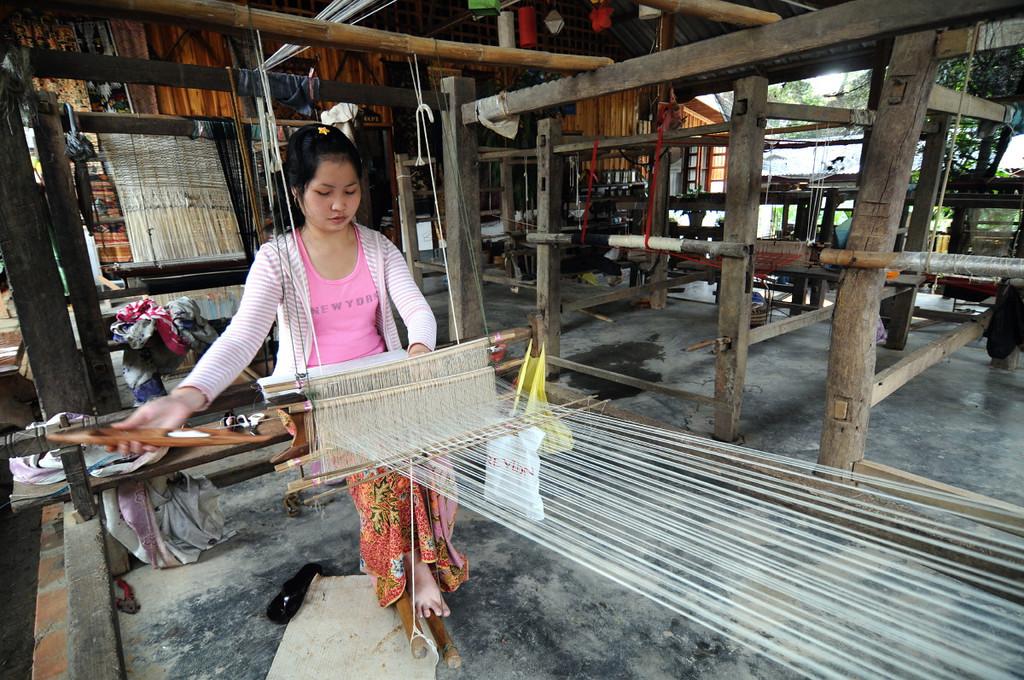 Weberei in Luang Prabang, in der traditionelle Stoffe, Tücher, Teppiche hergestellt werden