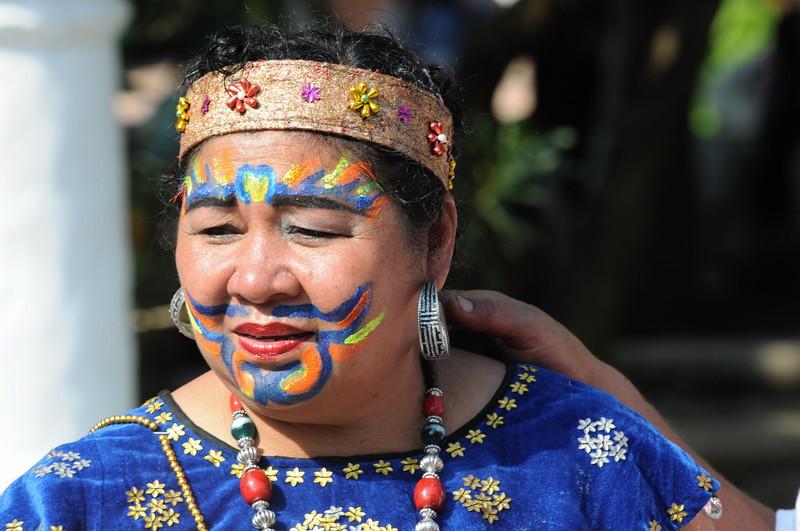 Frau mit Gesichtsbemalung zur Neujahrsparade im  Wat Xieng Thong. Der Höhepunkt des laotischen Neujahrsfests im April in Luang Prabang ist eine große Parade zwischen dem Wat May und dem Wat Xieng Thong