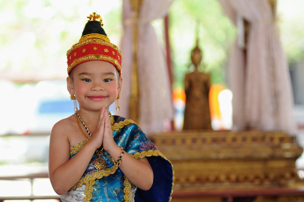 Kind im Wat May. Für die Feierlichkeiten zum laotischen Neujahrsfest haben viele Eltern ihre Kinder herausgeputzt. <br /> Der Höhepunkt des laotischen Neujahrsfests im April in Luang Prabang ist die große Parade zwischen dem Wat May und dem Wat Xieng Thong