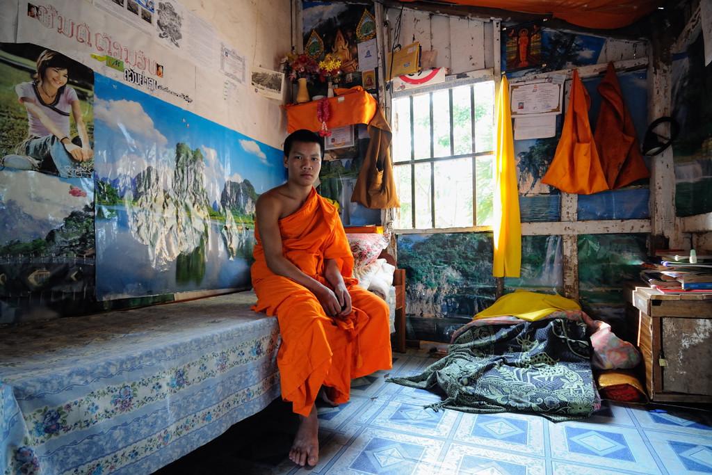 Junger Mönch in seinem Zimmer beim  Tempel Wat Xieng Thong