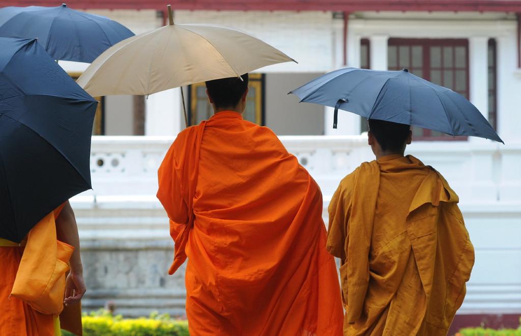 Mönche vor dem Nationalmuseum im ehemaligen Königspalast von Luang Prabang