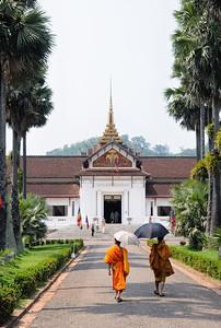 Mönche vor dem Nationalmuseum im ehemaligen Königspalast in Luang Prabang