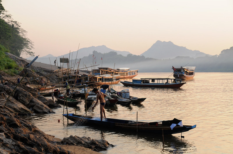 Mekong; Slowboat-Anlegestelle kurz nach Sonnenuntergang in Luang Prabang