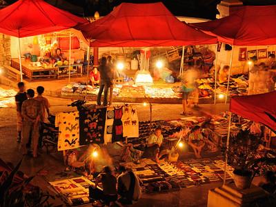 Illuminierter abendlicher Kunsthandwerkermarkt in Luang Prabang