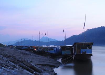 Mekong; Slowboat-Anlegestelle kurz nach Sonnenuntergang in Luang Prabang / Weißabgleich Wolfram-Glühlampe