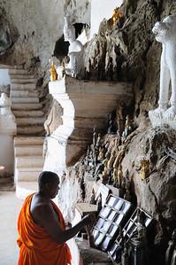 Die Höhlen von Pak Ou beherbergen unzählige Buddha-Figuren; untere Höhle Tham Ting