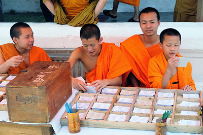 Mönche vor Tempel in Luang Prabang