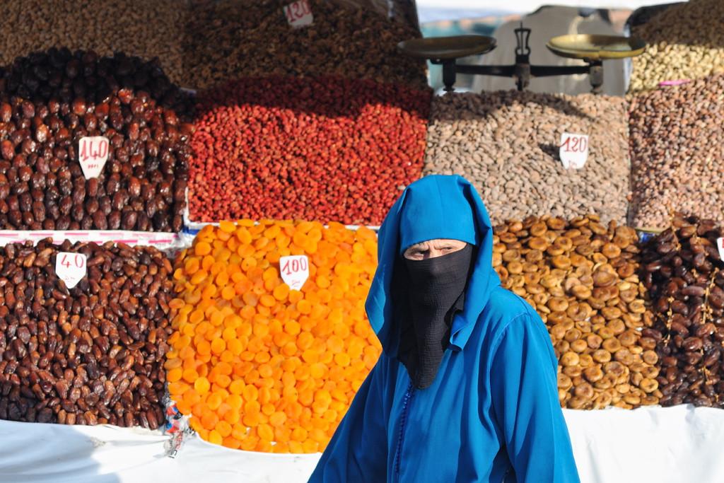 Alte Frau vor einem Dattelstand auf dem Djema el Fna