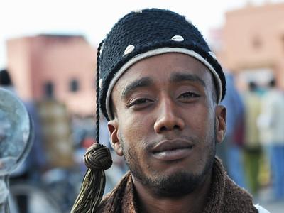 Junger Mann in traditioneller Kleidung auf dem Djemaa el Fna