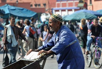Arbeiter mit Karre auf dem Djema el Fna