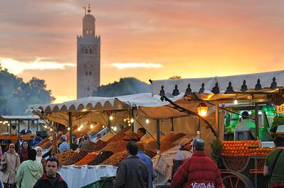 Sonnenuntergang auf dem Djemaa el Fna, im Hintergrund Turm der Koutoubia-Moschee