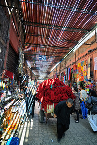 Gefärbte Wolle wird durch die Souks von Marrakesch transportiert