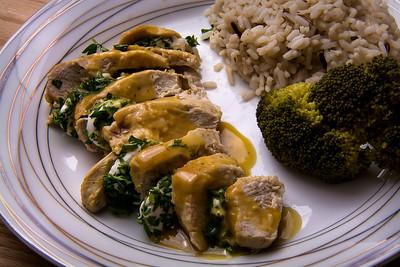 Assiette de poulet au chèvre, riz et brocoli.