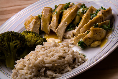 Assiette de poulet au chèvre, riz et légume.