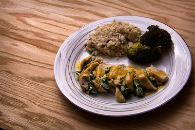 Repas de poulet au chèvre, riz et brocoli.