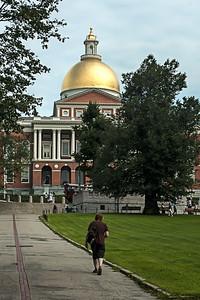 Jeune homme près du Massachusetts State House.