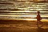Enfant courant sur la plage.