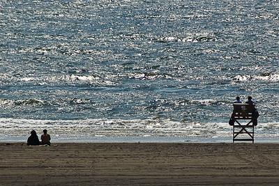 Deux couples face à la mer.